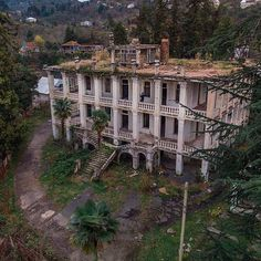 Old Abandoned Buildings, Abandoned Property, Old Buildings, Abandoned Places, Old Mansions, Abandoned Mansions, Beautiful Homes, Beautiful Places, Magic Places
