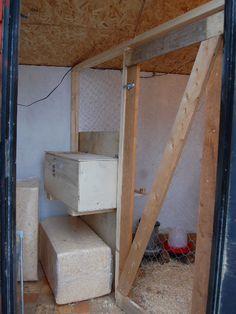 Då var det klart! Hönshusets inredning är nu färdig! Har idag och igår tillsammans med Svärfar snickrat i ordning en mellanvägg med dörr samt ett värprede. Väggen är byggd av spillvirke och värpred…