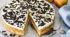Die schwedische Apfeltorte ist ein traumhaft leckerer Klassiker. Ein luftiger Biskuitboden mit einer saftigen Apfelschicht, getoppt von einer lockeren Sahneschicht und Schokostreuseln. Dieses Rezept wird alle begeistern. Cookies Roses, Swedish Apple Pie, Baking Recipes, Cookie Recipes, Nutella, Chocolate Pudding Recipes, Biscuits, Holiday Pies, Cookie Press
