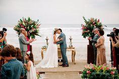"""""""Muitas pessoas chegam ao nosso ateliê preocupadas com o vestido ideal para casamentos na praia. Noivas, madrinhas e mães principalmente. O básico do básico é: cores claras (de preferência tons pastel), sem brilho, mais fluidos e vaporosos, delicados, com detalhes mais discretos"""".  Vestido sob medida para mãe do noivo - casamento na praia. Blog Noivas - Ateliê Esther Bauman/Acquastudio"""
