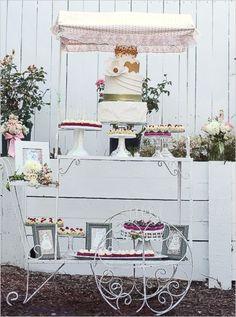 #boda un viejo carrito metalico sirve como mesa de postres y pastel lindo no?