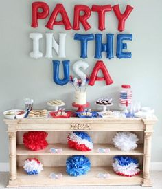 10 of the Loveliest Of July Parties! Lovely Events - Love this of July party!- See 10 of our favorite of July Parties on B. Fourth Of July Decor, 4th Of July Celebration, 4th Of July Decorations, 4th Of July Party, July 4th, 4th Of July Ideas, 4th Of July Cake, Usa Party, Party Kulissen