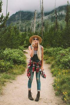 Hiking in Grand Teton National Park Wandern im Grand Teton National Park mit Overall, Streifen, Plaid und Strohhut Cute Hiking Outfit, Hiking Wear, Summer Hiking Outfit, Hiking Outfits, Cute Camping Outfits, Trekking Outfit, Hiking Boots, Stylish Outfits, Winter Outfits