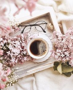Coffee and flowers, perfect way to wake up. Coffee Cafe, My Coffee, Coffee Shop, Flat Lay Photography, Coffee Photography, Photography Ideas, Book Aesthetic, Aesthetic Pictures, Deco Rose