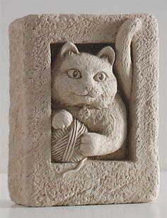 Товар #: 5017 милый маленький котенок играет с мячом пряжи. Показать этот скульптуру на вершине стола или подоконника. Используйте его в качестве бесплатной постоянной мини или небольшой подвесной бляшки. Цена: $ 19.50 Вес: 1,00 lb. Размеры: W 2.25x H 3.00x D 1.25 Состав: Рука ролях камень Китти Мини - Carruth Студия