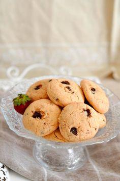 Cilek pudingli kurabiye Yeni bir sabahtan merhabalar. Güzel, keyifli bir gün olsun hepimiz için. Ben çok koşuşturuyorum ama çilek haftasının hakkını vermek gerek diye düşünüp yine yeni bir tarif var bugün. Çilek kokulu nefis bir kurabiye. Pudingli kurabiyeleri hep çok
