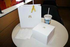 La gamme luxe de Mc Donald's au Japon: Mc Donald's a sorti une gamme de 3 burgers luxes, « Ruby Spark », Gold Ring » et « Black Diamond ». Le packaging qui contient les burgers est toujours une boîte carrée en carton, mais le décor change: pas d'informations sur la composition du burger ni de nom, le décor plus discret est blanc avec le célèbre logo de l'enseigne au milieu. Cette boîte qui sert à conserver le burger, sans la photo du produit et sa description, est plus raffinée et plus…