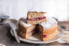 La torta al grano saraceno è un dolce morbido tipico della cucina del Nord Italia, si farcisce con composta di ribes e spolverizzato con zucchero a velo.