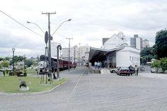 Pátio ferroviário da estação velha de Curitiba em 1995. Tudo o que está à esquerda da plataforma que é vista na estação está hoje ocupado pelo Shiopping Estação. É como se tivessem entregado uma praça da cidade para a construção de um shopping que ocupou boa parte do pátio (Foto João Bosco Setti).