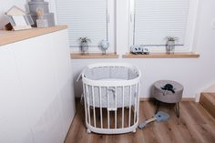 Dank seiner feststellbaren Schwenkräder kann unser tweeto 7 in 1 von Raum zu Raum bewegt werden - so hast du dein Baby👶 immer im Blick 👀. Bassinet, Furniture, Home Decor, Kid Furniture, Toy, Ad Home, Deco, Homemade Home Decor, Baby Crib