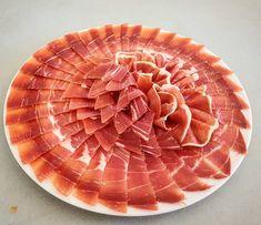 No sólo con el ibérico salen cosas chulas! Éste es el plato de ayer en la concentración  solidaria de cortadores de jamón en Alhaurín de la Torre,  Málaga! Con un jamón serrano, cuya venta se donó a la Fundación AHUCE! #cortadoressolidarios  #Ahuce #alhaurindelatorre #malaga #Andalucia #solidaridad #guinness #record #recordguinness #corteacuchillo #microinfluencer #foodpic #foodie #instafood #artpic #artfood #art #creativefood #jamon #serrano #jamonserrano #campodulce #creatividad #maza…