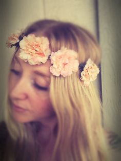 Beautifully handcraftet roses flower crown headband in peach. Thanks to the attached elastic in the back of the crown, its one size and will fit most. This is THE trend of 2016 and theyre just super easy to wear with any outfit. You will absolutely love them, you might even find them to be your new addiction ;-) Perfect for and bridal shower, bachelorette party, boho festival or just simply to spice up your everyday outfit. Materials:   artificial high quality flowers, hemp cord, elastic…