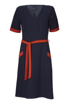 Hos WEIZ Copenhagen elsker vi kjoler, både de mønstrede og farverige, men helt sikkert også de enkelte som denne Gudrun kjole i marine jersey.