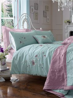 Jasmine Throwover ~ gorgeous color combinations in this bedlinen
