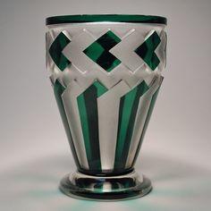 VAL SAINT LAMBERT : Vase Midas en cristal doublé vert, gravé au jet de sable - Signé au pied , Ht 21 cm