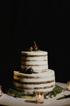 wedding cake with figs - photo by Lev Kuperman http://ruffledblog.com/vintage-romantic-wedding-at-the-metropolitan-building