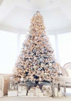 Christmas Tree Design, Elegant Christmas Trees, Flocked Christmas Trees, Christmas Tree Inspiration, Gold Christmas Decorations, Christmas Tree Themes, Pink Christmas, Beautiful Christmas, Christmas Home