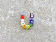 Lettera U   Iniziale in vetro di murano. Ciondolo pendente, colori vari con murrine inserite.
