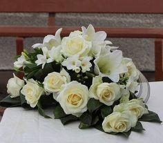 Valkoisista kukista sidottu hautavihko. #ruusu #lilja #freesia #hautajaiset #suru #kukka #sidonta #surusidonta #hautavihko #kukkavihko #suruvihko #kukkalaite #surulaite #hautajaiskukat #muistokukat #surukukat #rose #roses #lilium #funeralflowers #instaflower #florist #kurikankukkakontti