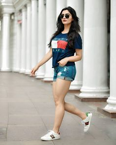 Street style outfit inspiration- Tommy Jeans t-shirt, gucci sneakers, rayban hexagonal sunglasses