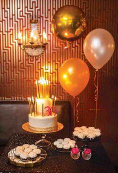 Metallic effect balloons in gold tones