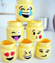 WEBSTA @ fizsozinha - Mini potinhos de emojis Muito fácil de fazer! Despeje a tinta amarela dento do potinho e vá girando ele até cobrir a parte interna por completo. Deixe ele de cabeça para baixo para sair o excesso de tinta. Depois, pinte as carinhas e de uma demão de verniz em spray. Prontinho. Decore onde quiser #DIY #FaçaVocêMesmo #DoItYourself #ProjetoDIY #DIYDecoração #DIYHome #Decoração #Decor #Decorando #Pintura #PinturaDecorativa #Pintando #Emojis #Potinhos #DicaFizSozi