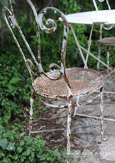 I'll be darned - two chairs... a table.. green... AND RUST! Perfect recipe for my appetite!   rusty chair for tea time in the garden