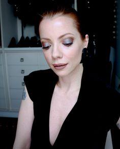 Julia Petit, maquiagem com esfumado marrom e sombra furtacor.