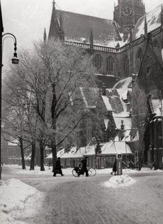 Tweede Wereldoorlog, sneeuw. Haarlem, gezicht op de oude Bavo kerk in de sneeuw.  Nederland,  Haarlem, 6 februari 1942.