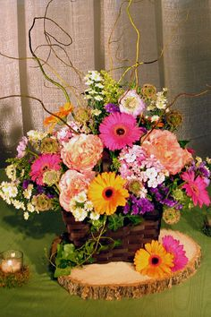 Stunning centerpiece with wildflowers and even a tree trunk cross section