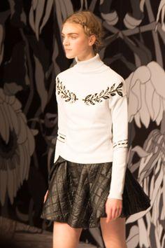 Viktor & Rolf 2013 Fall/Winter show tijdens de Paris Fashion Week. In zwart en wit, vol vergankelijkheid. Ultra mini rokjes, veel strikken. #PFW #ViktorandRolf #viktorrolf