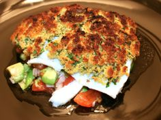 Fish covered with herbs and tomato avocado salad Avocado Salat, Salmon Burgers, Quiche, Herbs, Salad, Fish, Breakfast, Ethnic Recipes, Avocado Tomato Salad