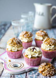 """Näitä voisi nimittää """"laiskan päivän pulliksi"""", sillä puffinssin idea on valmistaa """"pullaa"""" yhtä helposti kuin muffinsseja. Makuelämyksen kruunaa muhkea laskiaispullatäyte. Mini Cupcakes, Baking Recipes, A Food, Cocoa, Special Occasion, Sweets, Cookies, Chocolate, Breakfast"""