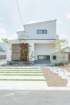 玄関の縦格子がポイント☆シンプルな外観 #外観 #igstylehouse #アイジースタイルハウス Minimal House Design, Minimal Home, Japanese Modern House, Muji Home, Asian Architecture, Small House Plans, Style At Home, Interior And Exterior, House Styles