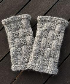 Om du vill ha det i PDF ka& Knitting Stitches, Knitting Patterns, Crochet Patterns, Fingerless Gloves Knitted, Knit Mittens, Wrist Warmers, Hand Warmers, Yarn Thread, Knitted Animals
