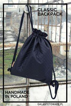 Klasyczny, czarny workoplecak wykonany z wysokojakościowej tkaniny wodoodpornej. Drawstring Backpack, Backpacks, Classic, Bags, Fashion, Derby, Handbags, Moda, Fashion Styles