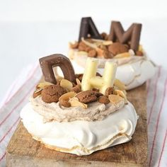 Mini Sinterklaas pavlova's met speculaas A perfect dessert for parcel evening: Sinterklaas pavlovas with speculoos, guaranteed success with this delicious and simple recipe! Bakery Recipes, Cookie Recipes, Dessert Recipes, Healthy Desserts, Delicious Desserts, Yummy Food, Dutch Recipes, Sweet Recipes, Dessert Parfait