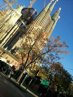 Sagrada Familia - Barcelona. Pienso que este iglesio es el mas bueno del mundo. Sagrada Familia jest przepiękna, choć bez tych dzwigów byłoby - delikatnie rzecz ujmując - bardziej estetycznie.