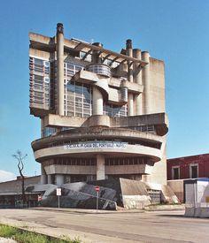 Bruta-futuristische architectuur in de haven van Napels. Het Casa dei lavoratori portuali is een ontwerp van de architect Aldo Loris Rossi niet te verwarren met zijn meer bekende naamgenoot. Foto is gemaakt door Paolo Mottadelli.