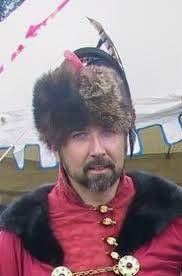 KOLPAK. Gorro polaco, confeccionado enteramente en piel y adornado con una gran pluma.