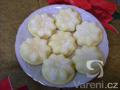 Nepečené kokosové kytičky slepované marmeládou s lineckými kolečky.