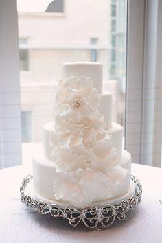 All White Wedding, White Wedding Cakes, Mod Wedding, Perfect Wedding, Dream Wedding, Wedding Blog, Wedding Ideas, Floral Wedding, Purple Wedding