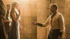 Game Of Thrones - TV Série - books (livros) - A Song of Ice and Fire (As Crônicas de Gelo e Fogo) - blond hair (cabelo loiro) - braid (trança) - House Targaryen - family (família) - Daenerys Targaryen (Emilia Clarke) - Mother of Dragons (Mãe dos Dragões) - Mhysa - Queen (rainha) - Khaleesi - dress - vestido - blue - azul - white - branco - guard - guarda - soldier - soldado - advice - conselheiro - Knight - cavaleiro - friend - amigo - Jorah Mormont (Iain Glen) - love - amor