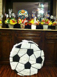 Piñata y decoraciones de fútbol