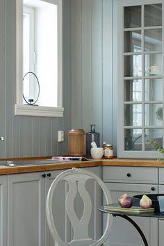 Fargen har et industrielt inntrykk, og gir et preg av støpt mur. Fin til gulnet eike gulv. #mur#grå#grey#industrielt#kjøkken#kitchen#maling#painting#stue#livingroom#gang#hall#detaljer#skapdører#inspirasjon#inspiration#bad#bathroom#fargekart#Fargerike Ikea, Kitchens, Kitchen Cabinets, Home Decor, Decoration Home, Ikea Co, Room Decor, Kitchen, Kitchen Base Cabinets