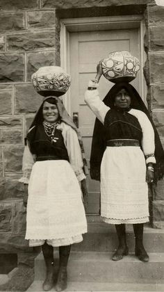Zuni girls carrying ceramic bowls, Zuni Pueblo, New Mexico, – 1940 Native American Pottery, Native American Women, Native American History, Native American Indians, Native Americans, New Mexico, Native American Pictures, Native Indian, First Nations