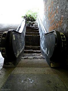 Rest in Peace - Rolltreppe - http://smg-treppen.de/rest-in-peace-rolltreppe/ Kunst im öffentlichen Raum ist ansich eine gute Idee. Das Maximiliansforum hat die Idee aufgegriffen und die Rolltreppen mit einbezogen. Leider gescheitert.
