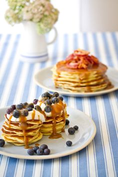 Flapjack stacks, big and small, with berries or bacon, covered in thick caramel sauce (picture by Tasha Seccombe) Crepes, Blueberries, Pumpkin Fritters, Flapjack Recipe, Pumpkin Tarts, Pancakes And Waffles, Breakfast Pancakes, Brunch Recipes, Drink Recipes