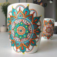 Aprende cómo decorar tazas con la técnica del puntillismo ~ cositasconmesh Glass Painting Designs, Dot Art Painting, Pottery Painting, Ceramic Painting, Paint Designs, Stone Painting, Ceramic Art, Mandala Art, Mandala Painting