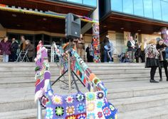 Yarn bombing en la Universidad de León para celebrar el día de la mujer (año 2017)